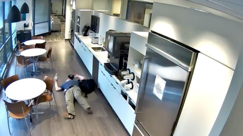 حاول الاحتيال على التأمين..  رجل يدّعي السقوط في العمل