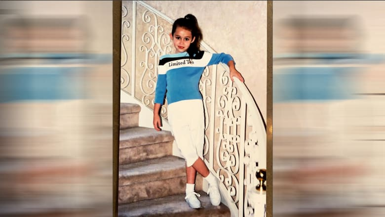 باتت أيقونة جمال وموضة.. هل تعلم لمن صورة الطفلة هذه؟