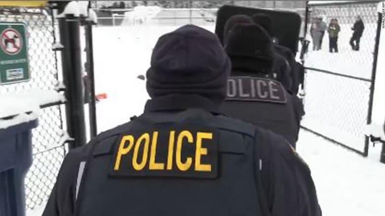 أطفال يقذفون الشرطة الأمريكية بكرات الثلج وهكذا ردوا