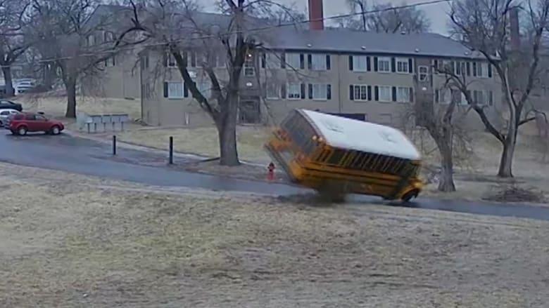 فيديو يظهر لحظة انقلاب حافلة مدرسية على طريق جليدي