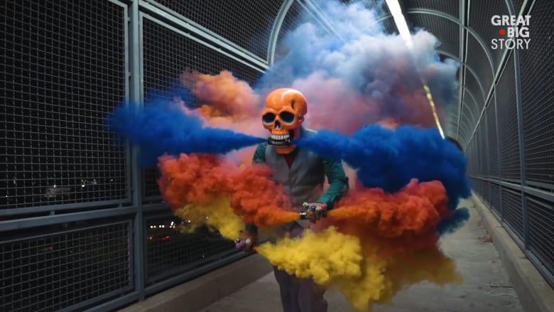 بين الجماجم وقنابل الدخان.. فنان يحتفل بالحياة والموت