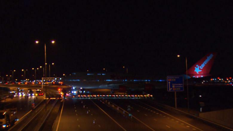 لحظة عبور طائرة بوينغ 747 الطريق السريع في هولندا