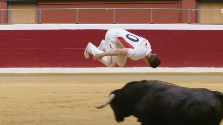 رجل يواجه الثيران بالقفز فوقها