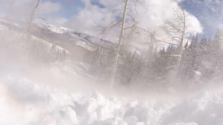 صراخ من تحت الثلج.. كاميرا على رأس متزلج تلتقط لحظة دفنه حيا