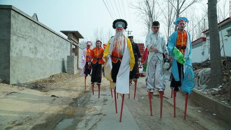 حفاظاً على معجبيهم.. فرقة صينية تمزج التقاليد برقص الشوارع
