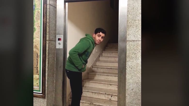درج داخل مصعد ونجمة تُمسك باليد..ماذا يحصل حقاً بقطاع غزة؟