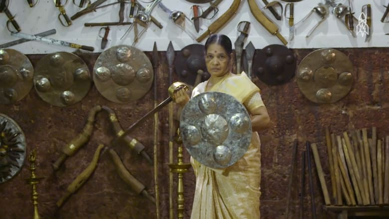 """عمرها 74 عاما..أكبر امرأة هندية """"تسحر"""" رجال بفنونها القتالية"""