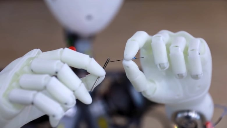 روبوت يؤدي مهام الإنسان ببراعة حتى إدخال الخيط بالإبرة