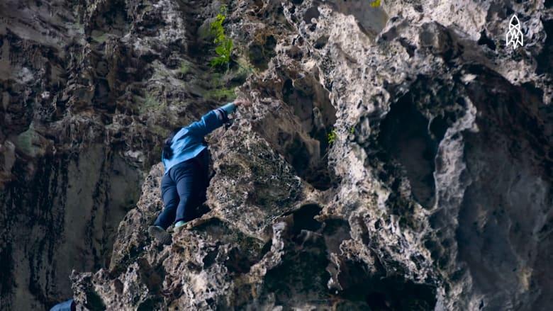 رجال العناكب في الصين يتسلقون الجبال بلا أي معدات تسلق