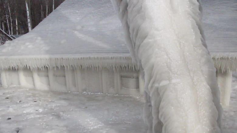 190301113601-lake-house-encased-in-ice-newsource-orig-vpx-00004029.jpg