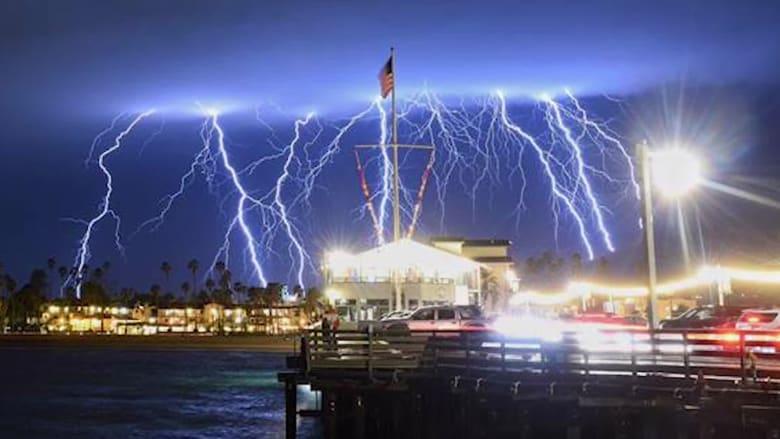 ظاهرة غريبة.. أكثر من 2000 صاعقة برق تضرب كاليفورنيا