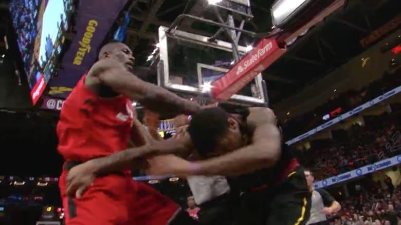 عراك عنيف بالأيدي بين لاعبي كرة سلة أمريكيين