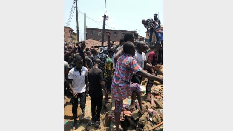 المشاهد الأولية بعد انهيار مبنى يضم مدرسة في نيجيريا