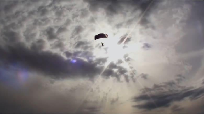 أكبر امرأة في العالم تقفز بالمظلات وتحلق بالسماء..كيف تخطت خوفها؟