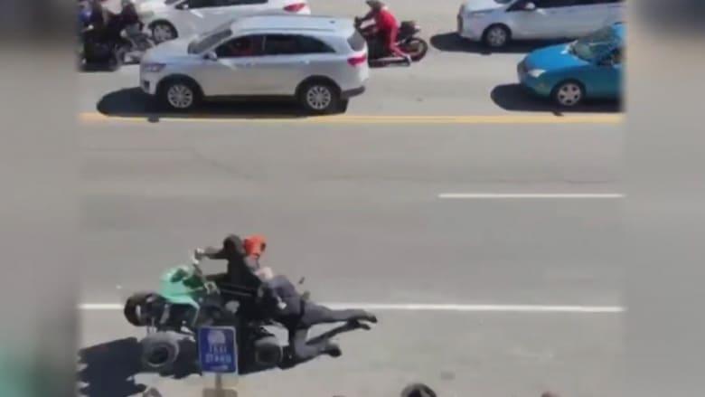 """سائق """"دباب"""" يجر ضابط شرطة في طريق مزدحم"""