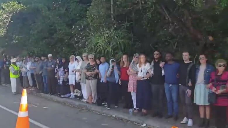 نيوزلنديون يشكلون سلاسل بشرية حول مصلين مسلمين