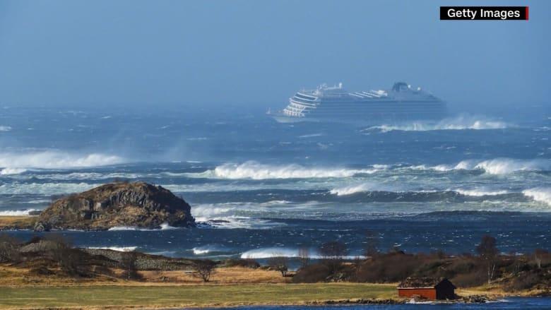 كابوس في جو عاصف.. سفينة نرويجية تحمل 1300 شخصاً تعلق بالبحر