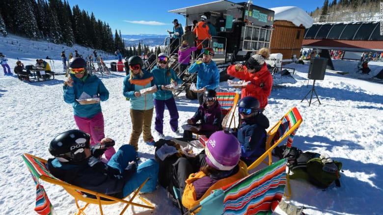 استمتع بوجبة تاكو أثناء التزلج.. شاحنة التاكو هذه بنيت للثلج