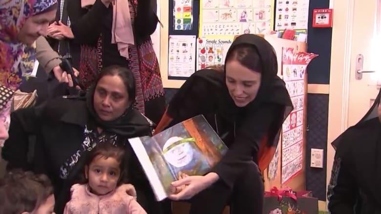 بالحجاب.. جاسيندا أرديرن تزور مركز تعليمي وتغني مع الأطفال