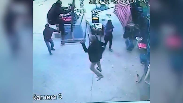شاهد.. رياح شديدة ترفع رجلا في الهواء في تركيا