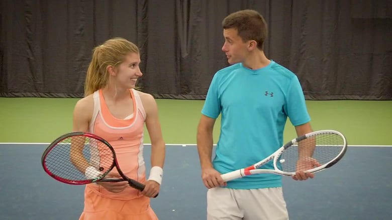 زوج مصابان بالتوحد يجدان الحب في ملعب التنس