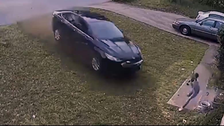 كاميرا مراقبة تظهر لحظة دهس طفلة أمام منزلها وهروب السائق