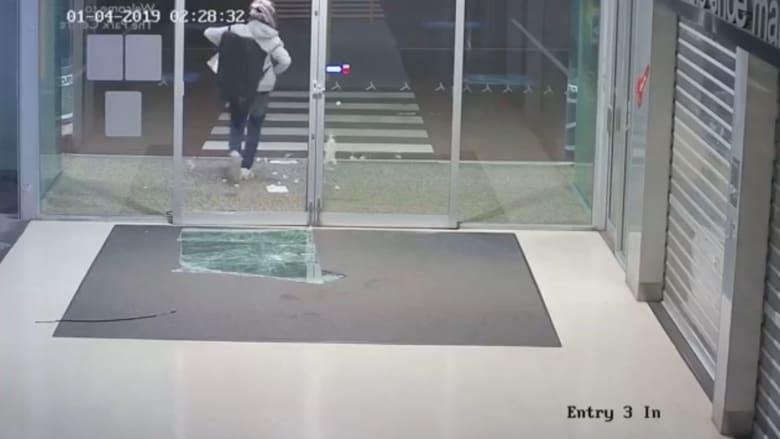 شاهد كيف انتثار مجوهرات على الأرض خلال فرار لص من متجر