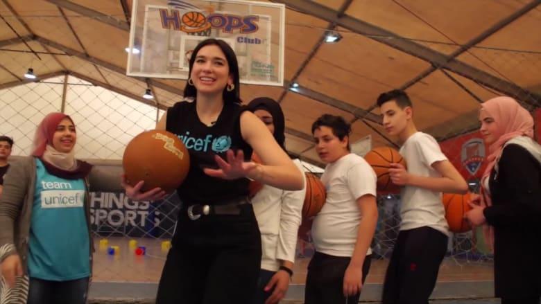 """المغنية الحائزة على """"غرامي"""" دوا ليبا تزور لاجئي سوريا في لبنان"""