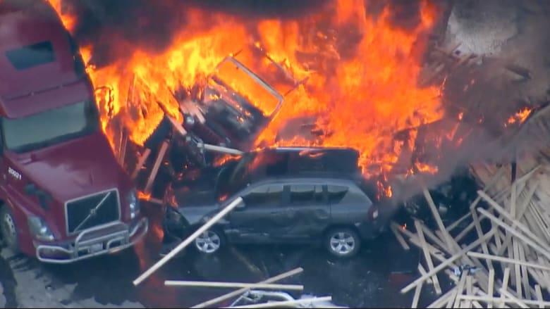 شاهد ما حدث عند اصطدام شاحنة محملة بالأخشاب بعدد من السيارات