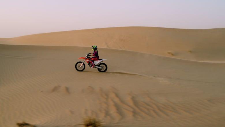 قابلوا الفتاة التي تركب الدراجات عبر الكثبان الرملية في دبي