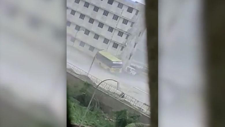 """شاهد.. ماذا فعلت رياح الاعصار """"فاني"""" بحافلة في الهند؟"""