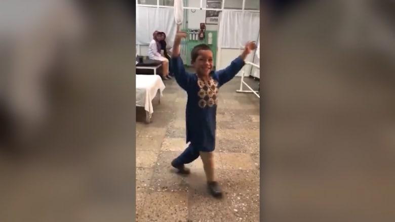 شاهد كيف احتفل طفل مبتور القدم فرحاً بحصوله على طرف صناعي