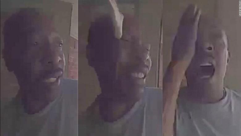 كاميرا على باب منزل تلتقط لحظة انقضاض أفعى على رجل