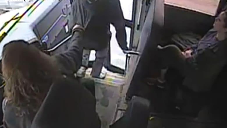 شاهد.. سائقة حافلة مدرسية تنقذ حياة طالب بآخر لحظة