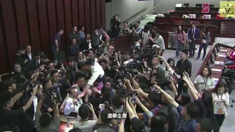 شاهد.. عراك بالأيدي في برلمان هونغ كونغ