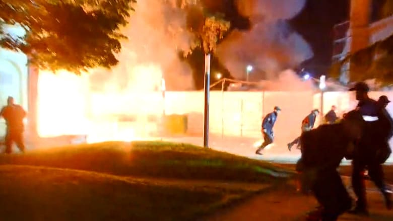 محتجو المعارضة في ألبانيا يمطرون الشرطة بالقنابل الحارقة