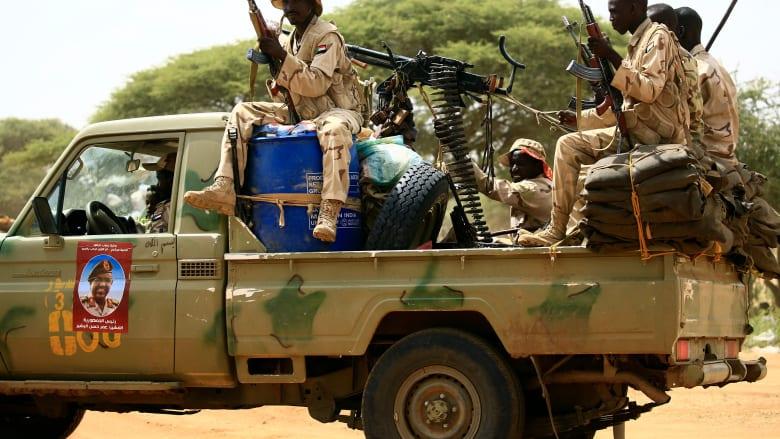 """شهود عيان لـCNN: جنود يرتدون زي قوات الدعم السريع في السودان قمعوا المحتجين بـ""""البلدوزر"""""""