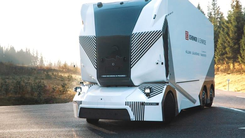 شاهد.. شاحنة ضخمة بلا سائق تسير على طريق عام في السويد