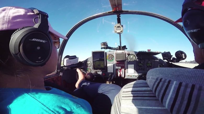 تقود طائرة بقدميها..تعرف إلى جسيكا قائدة طيارة بلا ذراعين