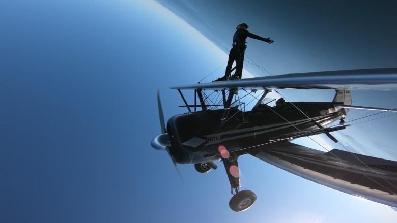 هذا الرجل يمشي على أجنحة طائرة وهي تدور بزاوية 360 درجة