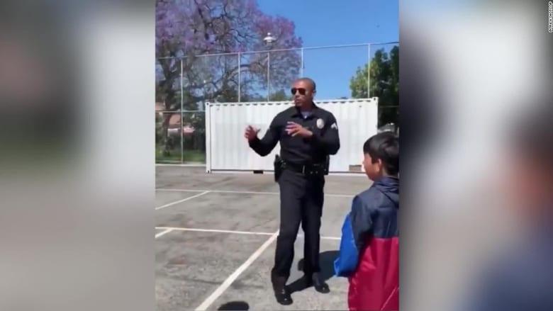 شاهد.. تسديدة كرة سلة لشرطي أمريكي تصدم طلاب مدرسة