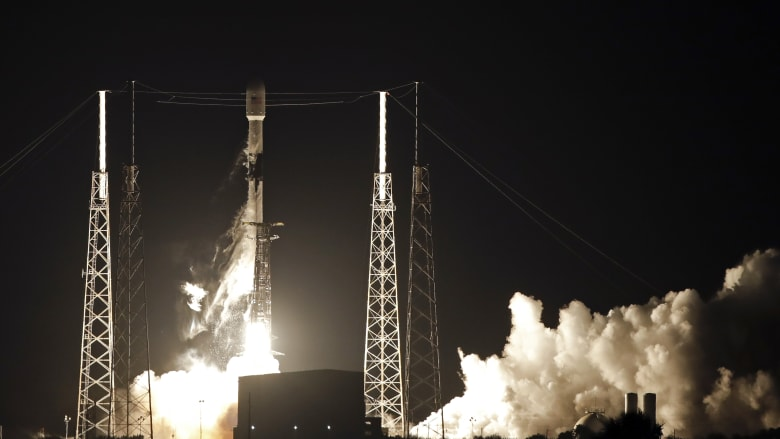 """""""سبيس إكس"""" تطلق 60 قمرا صناعيا لتوفير الإنترنت لكامل الأرض"""