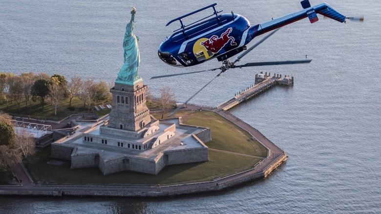 """مروحية """"ريد بول"""" تطير رأساً على عقب فوق مانهاتن"""