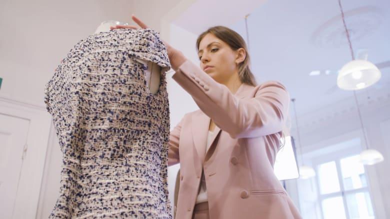 هذا المحل يصنع ملابس نساء في شارع بريطاني يهيمن عليه الرجال