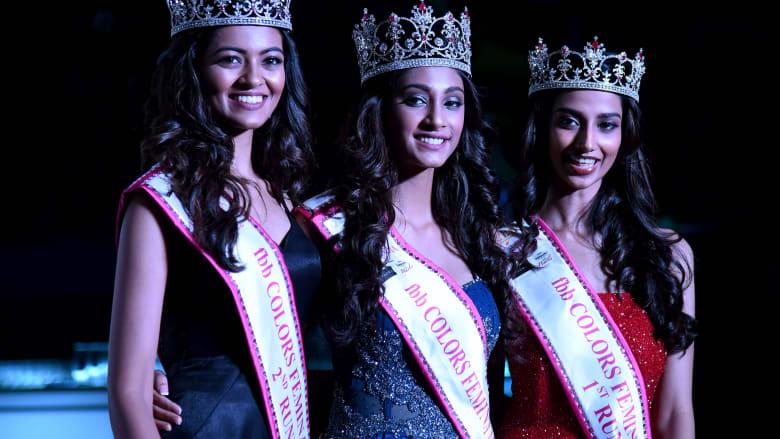 """صورة لمتسابقات """"ملكة جمال الهند"""" تتسبب بموجة انتقادات وسخرية"""