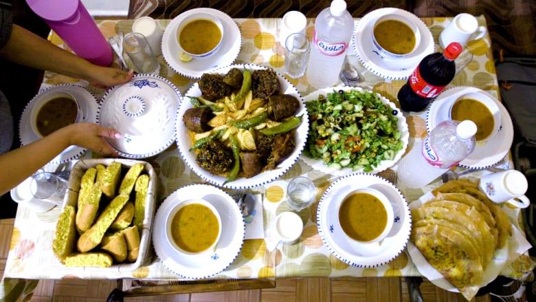 كيف يزين التونسيون موائد الإفطار بالأطباق التقليدية برمضان؟
