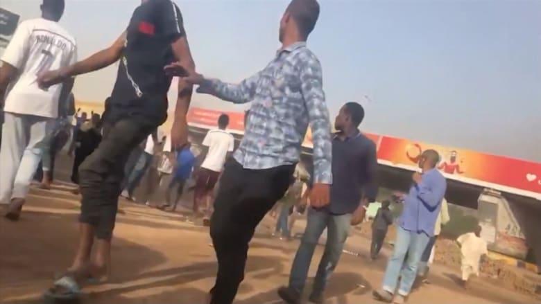 سودانيون يحاولون الهرب من قوات الأمن.. وسماع دوي طلقات نارية