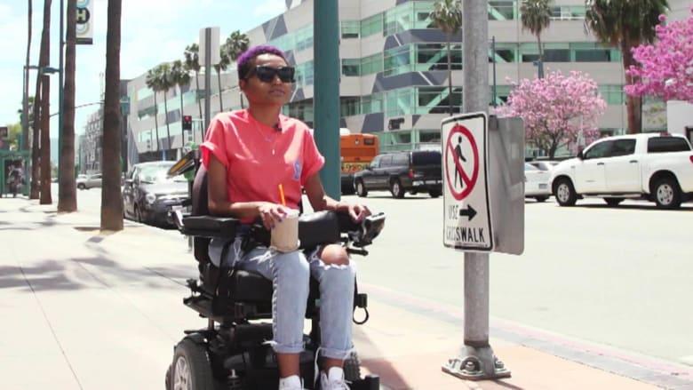 هذه المؤثرة تستخدم الموضة لتغيير تصورات الناس حول الإعاقة