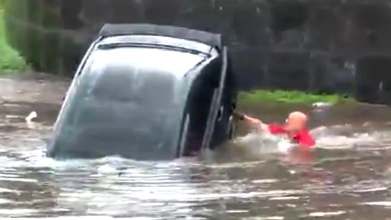 شاهد كيف نجت هذه المرأة بعد غرق سيارتها وسط مياه الفيضانات