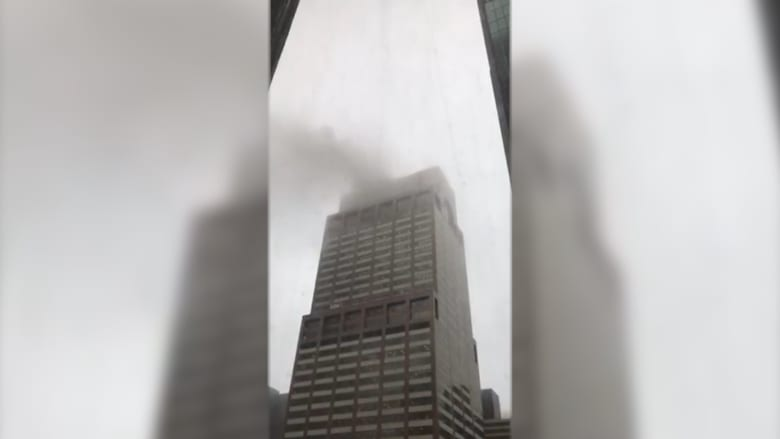 المشاهد الأولى بعد حادث تحطم مروحية على سطح مبنى بنيويورك